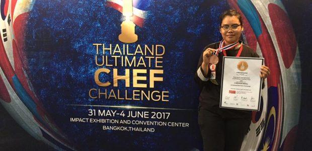 ขอแสดงความยินดีและชื่นชม นางสาววรรณษร ทองสุขดี นักศึกษาสาขาวิชาอุตสาหกรรมการบริการอาหาร ที่ได้รับรางวัลเหรียญทองแดง ในการแข่งขันรายการ Amazing phadthai ที่ผ่านมาครับ Credit ภาพ : ผู้ช่วยศาสตราจารย์ณนนท์ แดงสังวาลย์ Tweet Pin It