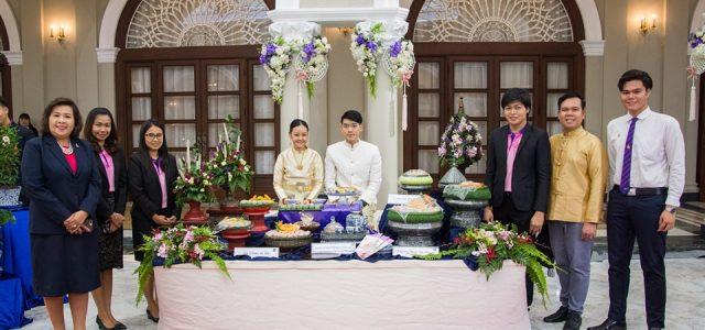 สาขาวิชาอุตสาหกรรมการบริการอาหาร คณะเทคโนโลยีคหกรรมศาสตร์ โชว์ศิลปวัฒนธรรมไทย ต้อนรับประธานาธิบดีสาธารณรัฐเกาหลีและภริยา พล.อ.ประยุทธ์ จันทร์โอชา นายกรัฐมนตรี ให้การต้อนรับนายมุน แช-อิน (H.E. Mr. Moon Jae –In) ประธานาธิบดีสาธารณรัฐเกาหลีและภริยา ในโอกาสเดินทางเยือนประเทศไทยอย่างเป็นทางการในฐานะแขกของรัฐบาล (Official Visit) เมื่อ 2 กันยายน 2562 ในการนี้ คณะเทคโนโลยีคหกรรมศาสตร์ มหาวิทยาลัยเทคโนโลยีราชมงคลพระนคร ได้รับมอบหมายจากสำนักงานเลขาธิการนายกรัฐมนตรี ให้ดำเนินการจัดดอกไม้ตกแต่งสถานที่ เมื่อวันที่ 1 กันยายน 2562 ณ ตึกไทยคู่ฟ้า ตึกสันติไมตรี ตึก ภักดีบดินทร์ และจัดแสดงผลงานศิลปวัฒนธรรมไทย โดยมีอาจารย์ปิยะธิดา สีหะวัฒนกุล คณบดีคณะเทคโนโลยีคหกรรมศาสตร์ นำคณาจารย์และนักศึกษาจากสาขาวิชาการบริหารธุรกิจคหกรรมศาสตร์และสาขาวิชาอุตสาหกรรมการบริการอาหาร ร่วมแสดงผลงานการแกะสลักผักผลไม้ งานดอกไม้สด และขนมไทย เมื่อวันที่ 2 กันยายน 2562 #คณะเทคโนโลยีคหกรรมศาสตร์ #โชติเวช #RMUTP ที่มา : งานสื่อสารองค์กร คณะเทคโนโลยีคหกรรมศาสตร์ มทร.พระนคร